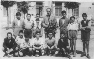 Il prof. Luongo con una sua classe. 1945 Foto presa da avellinesi.it